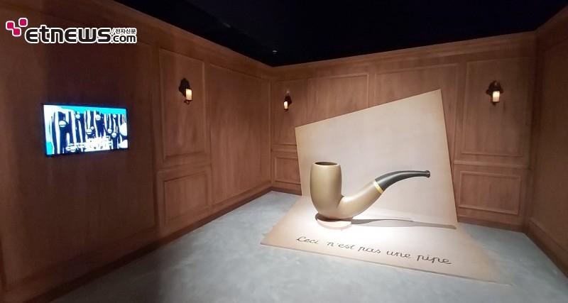 '르네 마그리트 특별전'의 초대형 파이프 오브제 / 사진 : 정지원 기자