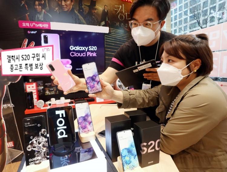LG유플러스 매장에서 소비자가 삼성전자 갤럭시 S20 스마트폰을 구매하고 있다. [사진=LG유플러스]