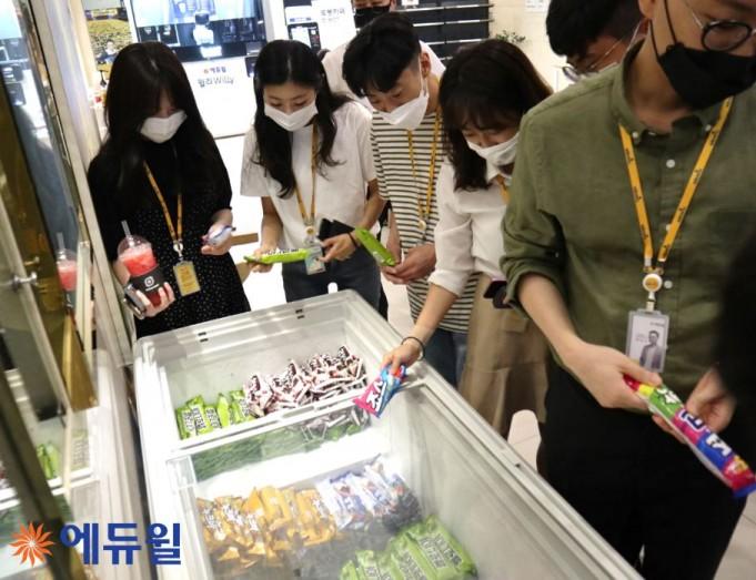 Cool Bar에서 아이스크림을 고르고 있는 에듀윌 직원들의 모습