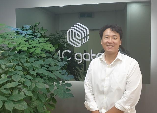 안광수 포씨게이트 대표가 서울 양평동 본사에서 포즈를 취하고 있다.