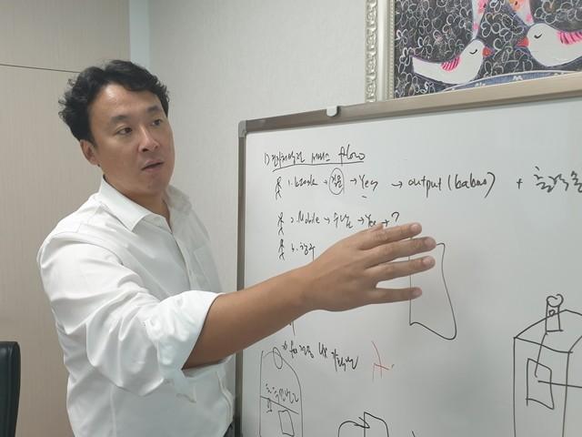 안광수 포씨게이트 대표가 전자처방전 서비스 개념을 설명하고 있다.