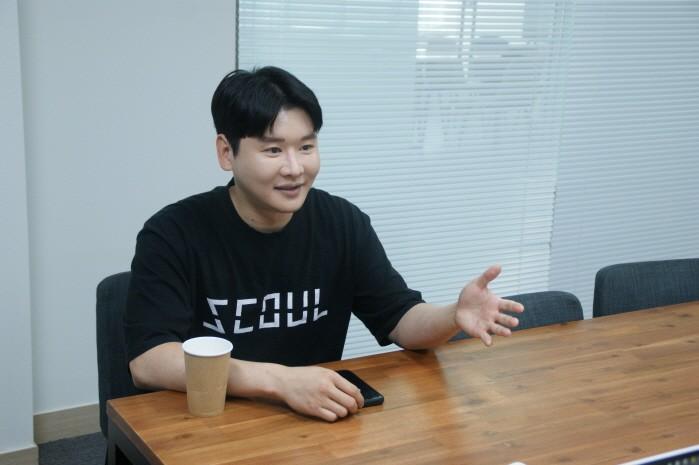최근 서울 양재동 소셜라이브 미팅룸에서 DJ 준코코와 함께 국내외 EDM문화 관련 인터뷰를 가졌다.