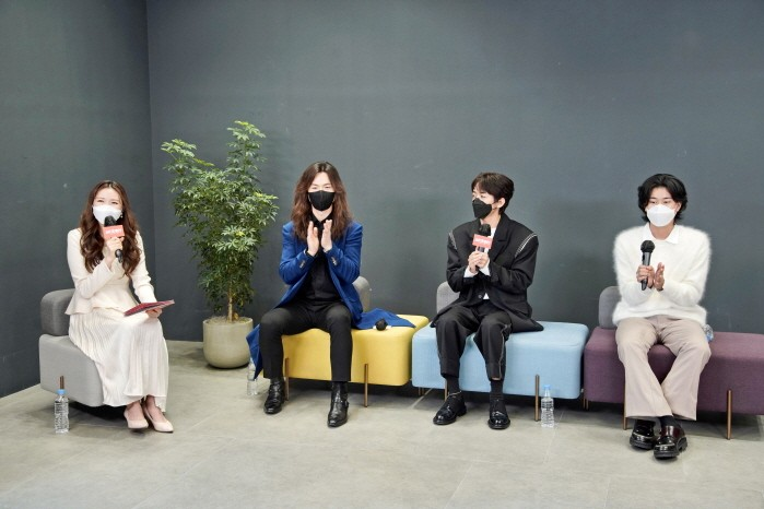 (왼쪽부터) 김하은 아나운서와 정홍일, 이승윤, 이무진 등 JTBC '싱어게인-무명가수전' TOP3이 간담회를 갖고 있다. (사진=JTBC 제공)
