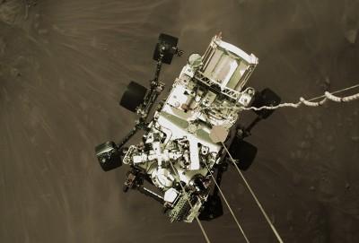 화성 지표면으로 하강하는 탐사 로버 '퍼서비어런스'. 사진=NASA