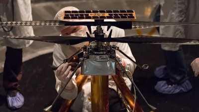 나사 연구팀과 드론 '인제뉴어티'. 사진=NASA/JPL-Caltech