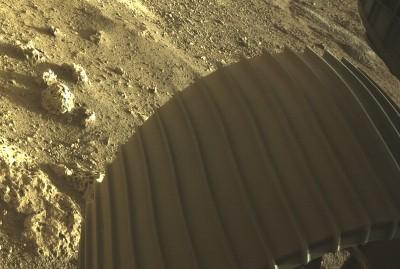 퍼서비어런스 바퀴 아래로 화성 지표면이 보인다. 사진=NASA/JPL-Caltech