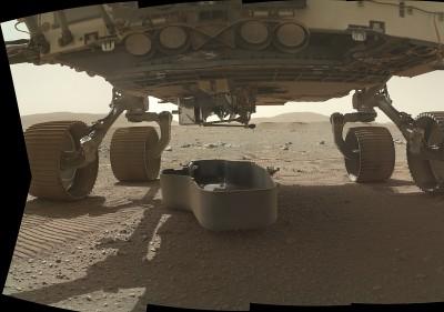 퍼서비어런스 하단. 외부 보호덮개를 지표면으로 떨어뜨렸다. 수평으로 매달려 있는 인제뉴어티가 보인다. 사진=NASA/JPL-Caltech