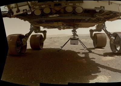 네다리를 모두 내리고 로버에 매달려 있는 인제뉴어티. 사진=NASA/JPL-Caltech