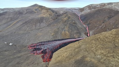 새로운 분화구에서 용암이 흘러내리고 있다. 사진=아이슬란드 기상청