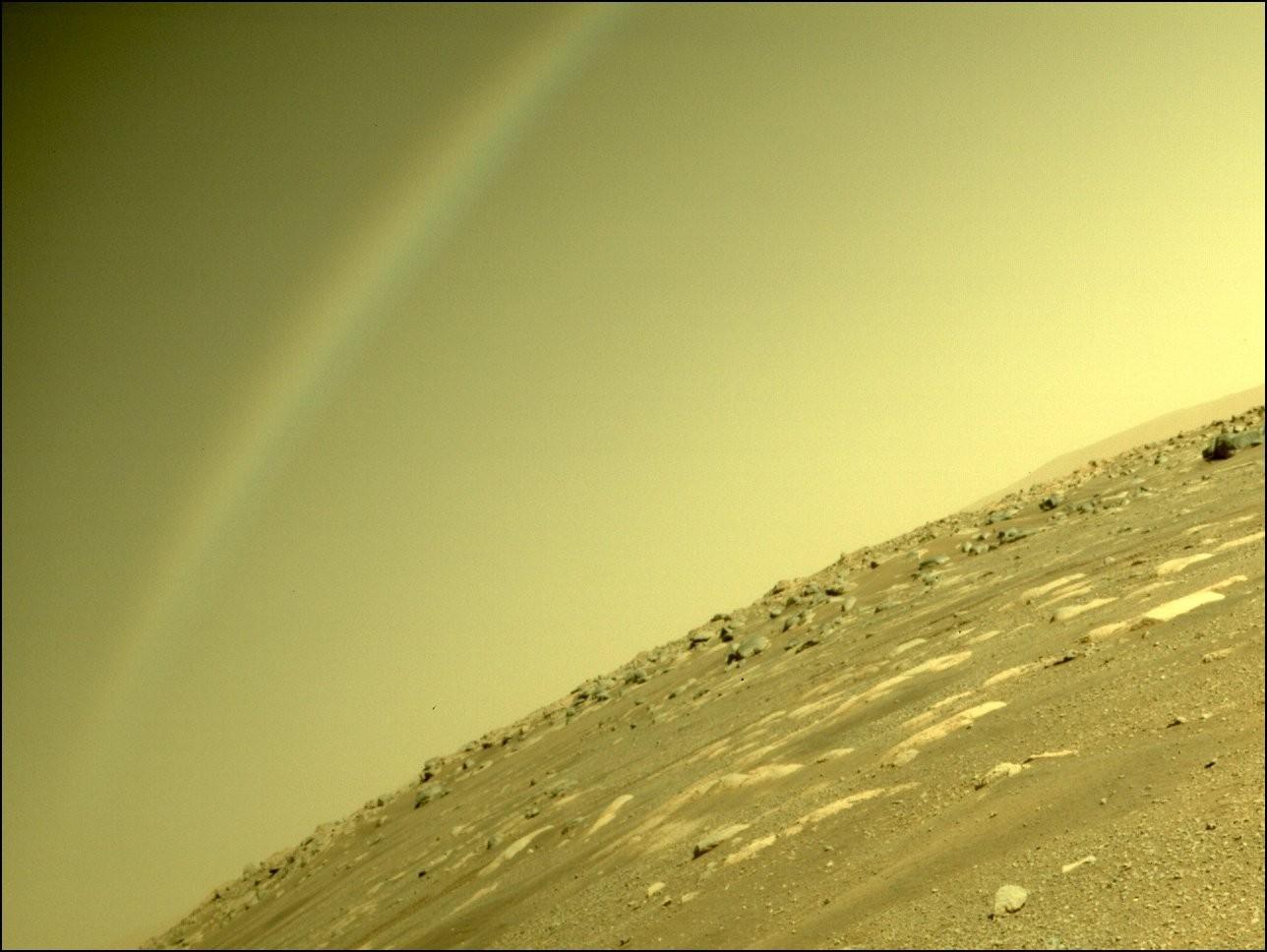 로버 퍼서비어런스가 촬영한 사진. 무지개로 보이는 형상은 빛이 카메라 렌즈에 반사되면서 생겼다. 사진=NASA/JPL-Caltech