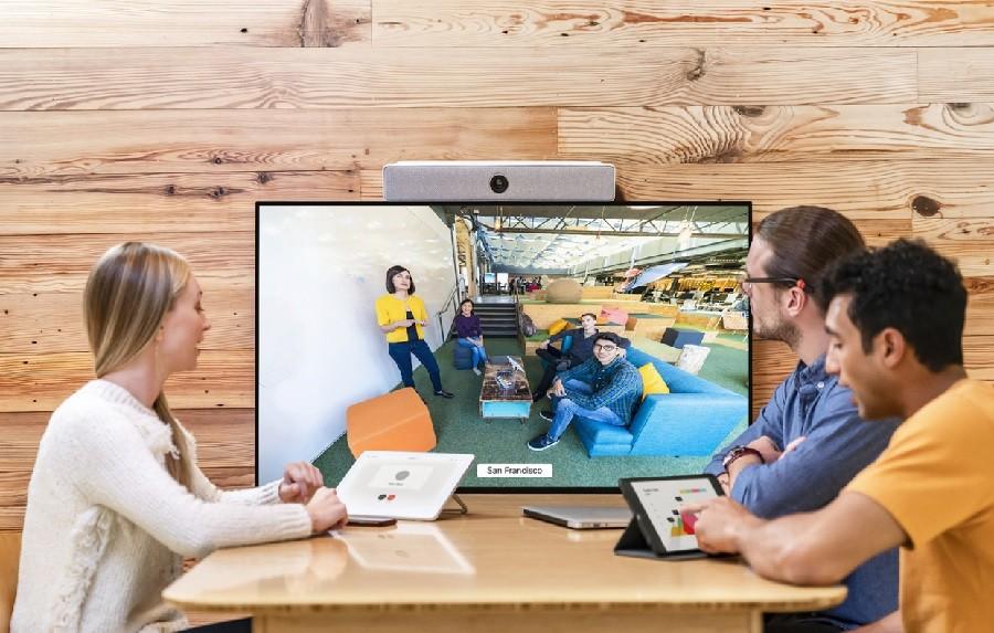 회의실에 설치된 웹엑스 화상회의 전용 장비를 이용해 회의를 진행하고 있다