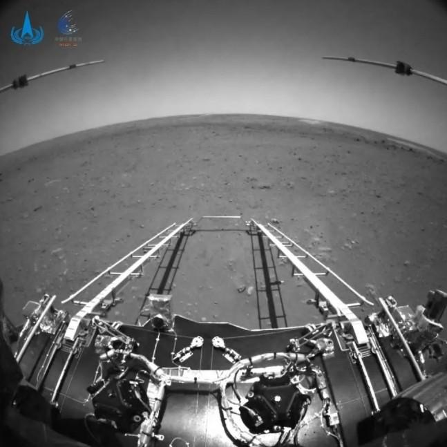 중국 화성 탐사로봇 '주룽'이 촬영한 흑백 사진. 사진=CNSA