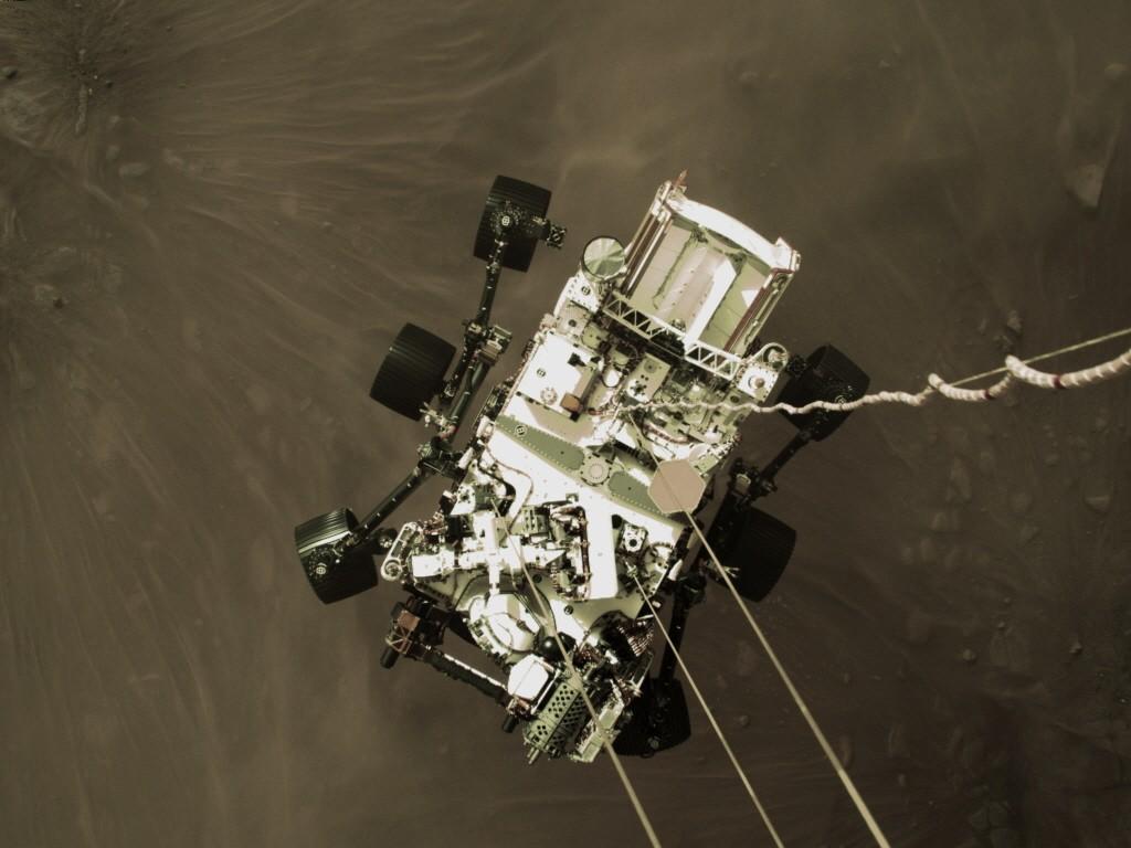 화성 지표면으로 하강하는 로버 퍼서비어런스. 사진=NASA/JPL-Caltech