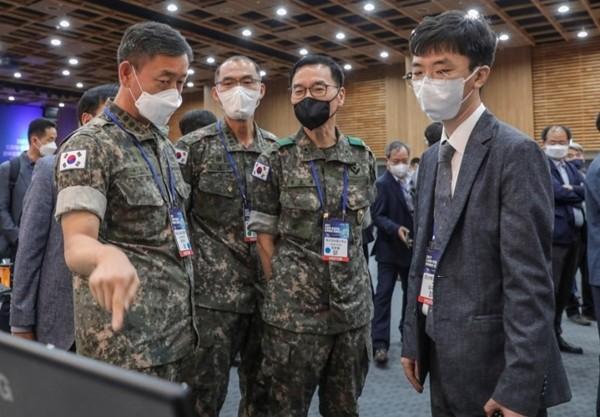 '2021 드론봇·인공지능 콘퍼런스'에서 코난테크놀로지의 군사용 지능형 플랫폼을 시연하는 모습. 사진제공 = 코난테크놀로지