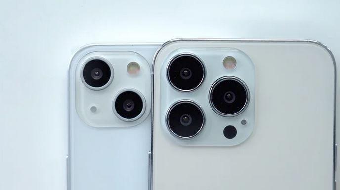 유출된 회로도를 기반으로 제작된 아이폰13 모형. 왼쪽 아이폰13, 오른쪽 아이폰13프로. 사진=맥루머스