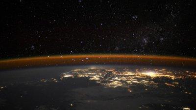 """""""도시의 불빛과 별들의 싸움""""…ESA 우주정거장이 포착한 지구"""