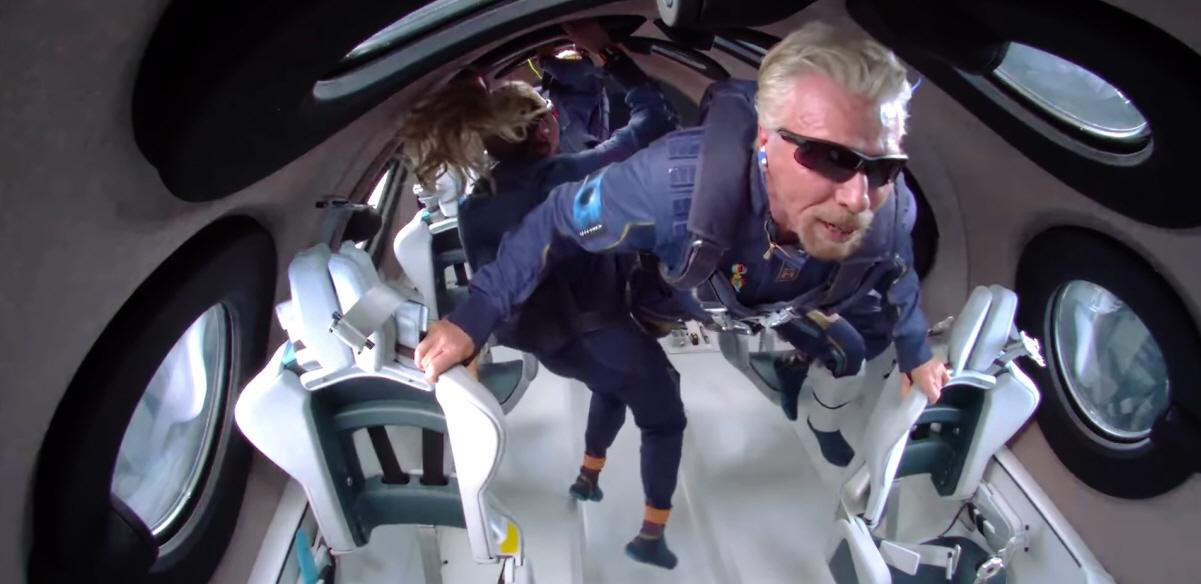 리차드 브랜슨 버진 그룹 회장이 버진 갤럭틱 우주여행에서 무중력을 경험하고 있다. 사진=Virgin Galactic 유튜브