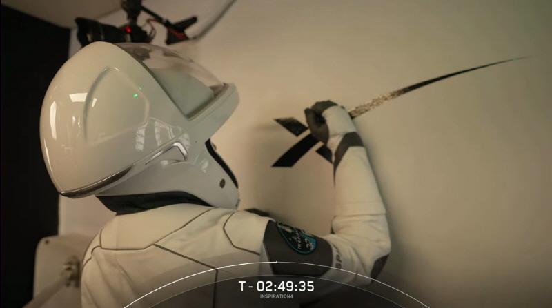 인스퍼레이션4 민간인 탑승자 헤일리 아르세노가 이륙 전 사인하고 있다. 사진=Inspiration4 유튜브