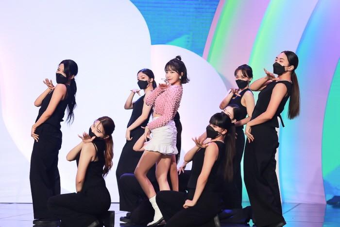 7일 아이즈원 메인보컬 출신 조유리가 첫 싱글 GLASSY(글래시)와 함께 솔로 뮤지션으로 데뷔했다. (사진=웨이크원 제공)