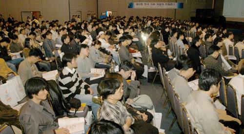 개발자 커뮤니티가 개최하는 행사는 5000여명의 개발자와 엔지니어가 참여할 정도로 인기가 높다. 사진은 지난 2월 자바개발자커뮤니티(JCO) 주최, 본사 주관으로 열렸던 제6회 한국자바개발자 콘퍼런스.