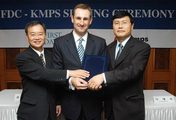 2007년 1월 세계 제1의 지불처리회사인 퍼스트데이터에 한국모바일페이먼트서비스(KMPS)를 매각했다. 사진 왼쪽이 필자다.