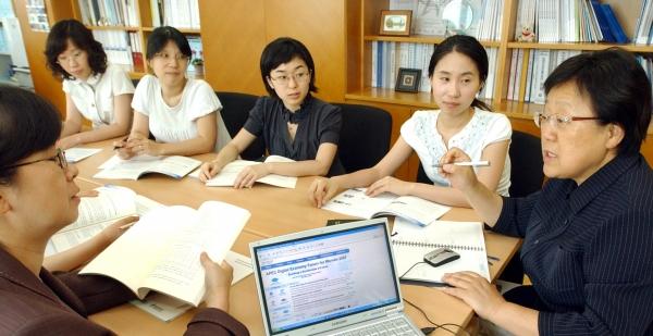 숙명여대 부설연구기관인 아태여성정보통신원 김용자 원장과 연구원들이 한국과 아태지역 여성의 정보화 수준 향상과 정보통신기술 교육·선도·확산을 위한 회의를 하고 있다.