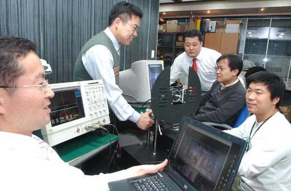 케이디씨정보통신 연구개발(R&D) 전담 관계사인 마스터이미지 연구원들이 3차원(3D) 영상장비를 개발하고 있다. 윤성혁기자@전자신문, shyoon@