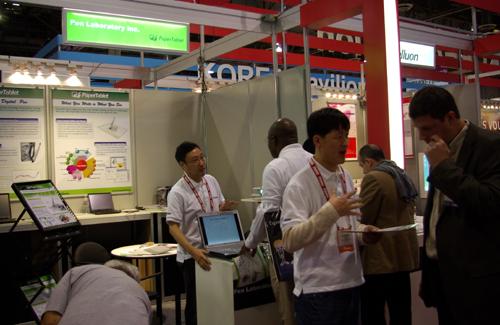페이퍼태블릿 직원들이 부스를 찾은 고객들에게 '페이퍼태블릿' 시스템을 설명하고 있다.