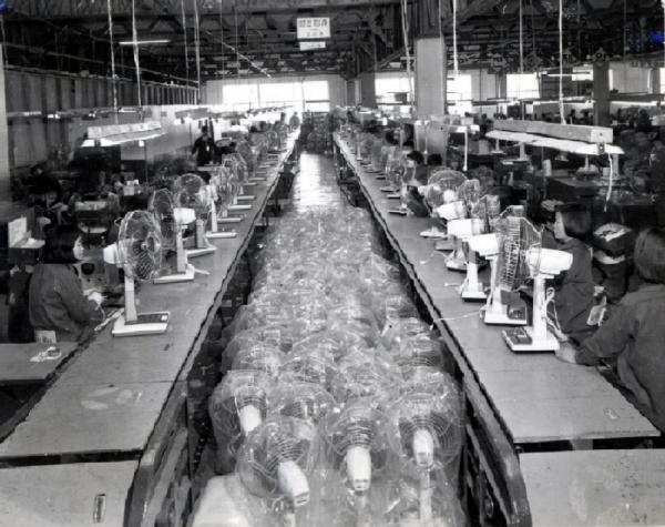 1960년 부산 온천동 707번지 금성사 종합 전자생산공장에서 국산1호 선풍기 'D-301'을 조립하고 있다.