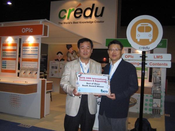 크레듀 김영순 사장(왼쪽)과 이정환 상무가 ASTD 측으로부터 상패를 받고 기념촬영을 했다.