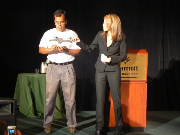 메리 스마일리 인텔 이머징플랫폼 이사(오른쪽)가 모바일인터넷디바이스(MID)를 이용한 건강관리 프로그램에 대해 소개하고 있다