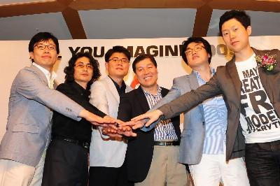 KTH 게임포털 '올스타'와 제작 관계자들이 10일 서울 신대방동 건설회관에서 열린 신작게임 발표회에서 새로운 게임의 성공을 기원하며 파이팅하고 있다.