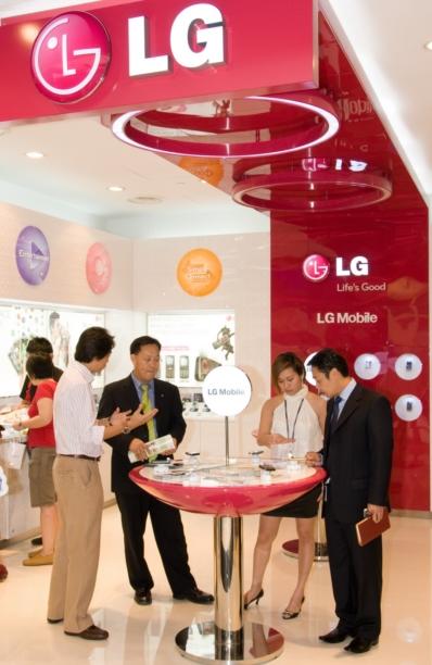 LG전자가 싱가포르에 개장한 LG 모바일 브랜드샵.