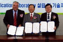 릭 보스허트 멘토그래픽스 부사장, 임종성 충북테크노파크 원장, 조주경 이디앤씨 사장(왼쪽부터)이 '시스템반도체(SoC) 설계검증 랩' 설립에 관한 양해각서(MOU)를 교환했다.