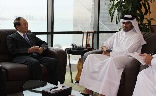 오명 건국대 총장(왼쪽)이 4일(현지시각) 중동 카타르를 방문, 아브둘라 빈 무바라크 알마아다디 환경부 장관과 두 나라간 녹색성장에 대해 의견을 나눴다.