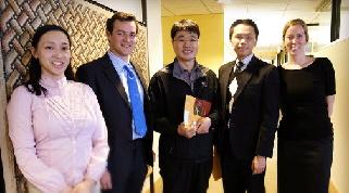 크리스 퍼시발 세계자원연구소 기업관리 디렉터(왼쪽에서 두번째)와 서형수 알서포트 사장이 기념 촬영을 하고 있다.