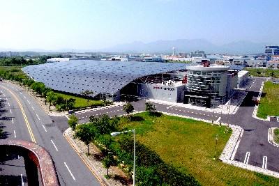 SDN이 국내 최초로 시공한 지붕 일체형 태양광 발전소인 광주 첨단공장 전경.