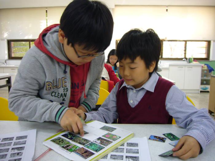 지난 25일 서울대모초등학교에서 열린 생활과학교실에서 학생들이 프런티어사업단 연구결과물을 바탕으로 만든 교재를 이용해 수업에 참여하고 있다.