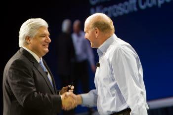 3일(현지시각) 올랜도에서 열린 `블랙베리월드 2011`에서 마이크 라자리디스(왼쪽) RIM CEO와 스티브 발머 MS CEO가 블랙베리와 빙의 제휴를 발표하며 손을 맞잡고 있다.