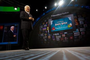 마이크 라자리디스 RIM 공동CEO가 앵그리버드의 플레이북 버전 출시계획을 밝히고 있다.