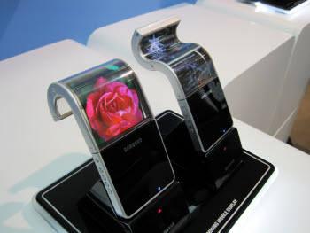 SMD가 지난해 일본에서 열린 FPD 인터내셔널 전시회에서 선보인 WVGA 해상도의 플렉시블 AM OLED 패널. 하단부의 검정색 패널이 휴대폰 기판이 될 수도 있다.