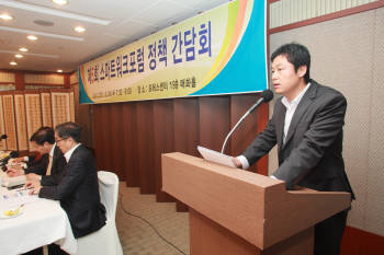 성석함 방송통신위원회 스마트워크전략팀장은 29일 서울 프레스센터에서 열린 `제5회 스마트워크포럼 정책간담회`에서 민간 분야의 스마트워크 확산을 위한 방통위의 역할에 대해 설명했다.