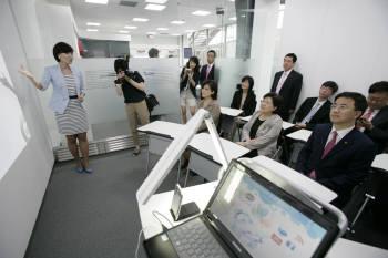 이대 스마트 캠퍼스. (좌석 앞줄 오른쪽부터) KT 표현명 사장, 이화여대 김선욱 총장