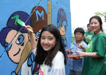 CJ E&M, 지역아동센터 아이들과 벽화 그리기 활동