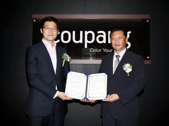 김범석 쿠팡 사장(왼쪽)과 박상수 한국주방생활용품진흥협회 회장이  MOU 체결후 포즈를 취하고 있다.
