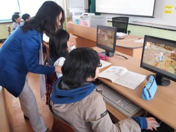 서울 논현초등학교 학생들이 G러닝을 통해 영어와 수학을 공부하고 있다.