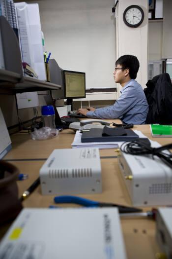 CEST 연구원이 기술개발에 몰두하고 있다.