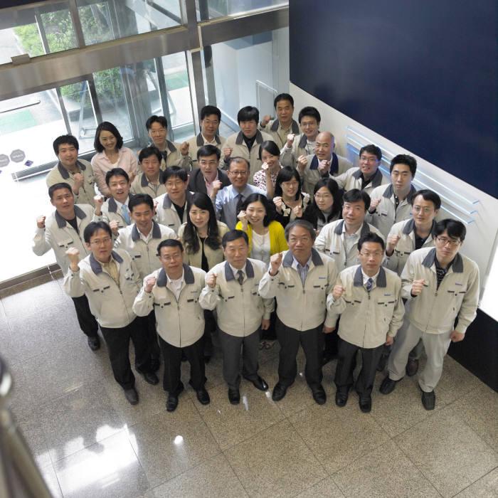 황인범 코캄 사장(앞줄 왼쪽 세 번째)과 직원들이 화이팅을 외치고 있다.