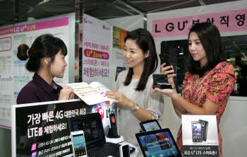 LG유플러스는 12일 LTE스마트폰 `옵티머스 LTE`를 출시했다. 고객이 LG유플러스 매장에서 옵티머스 LTE를 구매하고 있다.