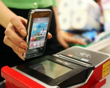 새해벽두부터 은행과 카드 등 시중 금융권에 NFC 열풍이 거세다. 사진은 NFC 단말기로 모바일 결제가 이뤄지는 장면.